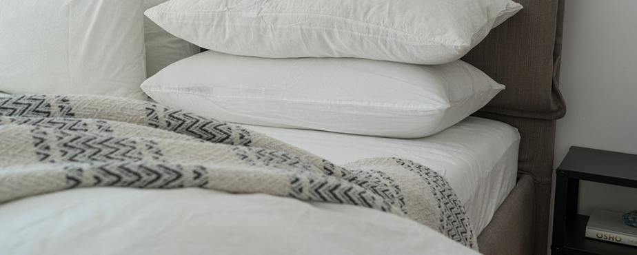 white-pillows-on-a-bed-3682240-sweetdreamsz